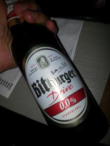 Bitburger alkoholfreies Bier in der Hand